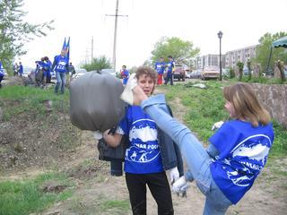 Молодогвардеец Максим Луконин прочувствовал на себе крутость удара будущего эколога Марии Тарасовой. В следующий момент Максим падает на землю
