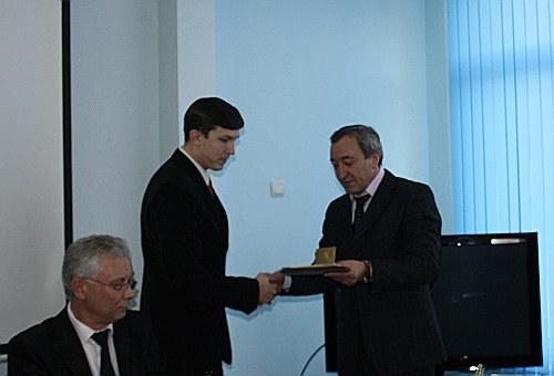 Михаил Верхотуров получает грамоту от Виктора Струкова