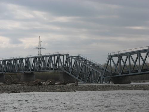 Упавший мост через реку Абакан