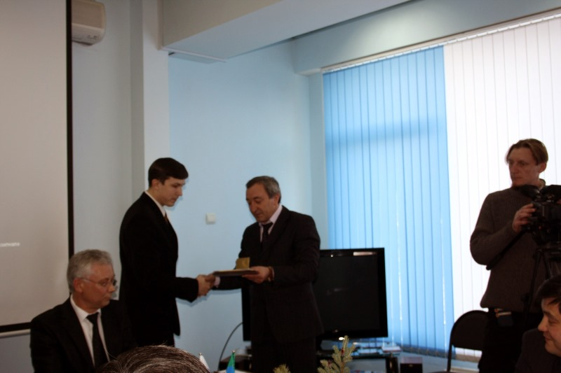 Виктор Струков вручает грамоту